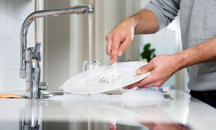 Tiếp xúc với xà phòng, chất tẩy rửa,... là yếu tố thúc đẩy chàm da tay bùng phát