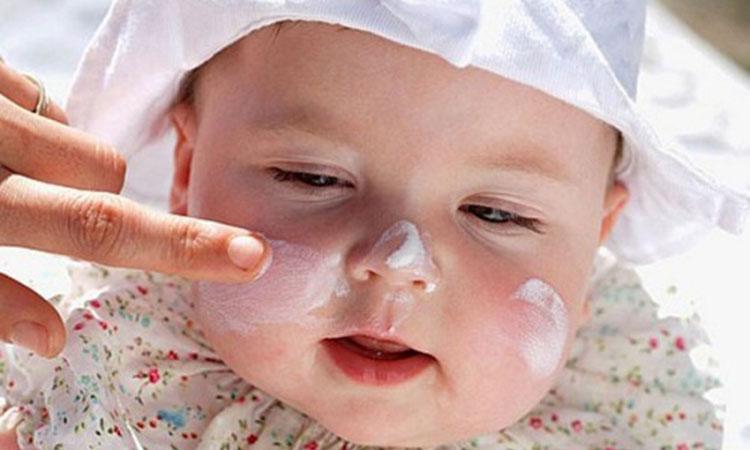 Mẹ cần lựa chọn kỹ càng sản phẩm dưỡng ẩm da, đặc biệt là dưỡng ẩm cho vùng da mặt của bé.