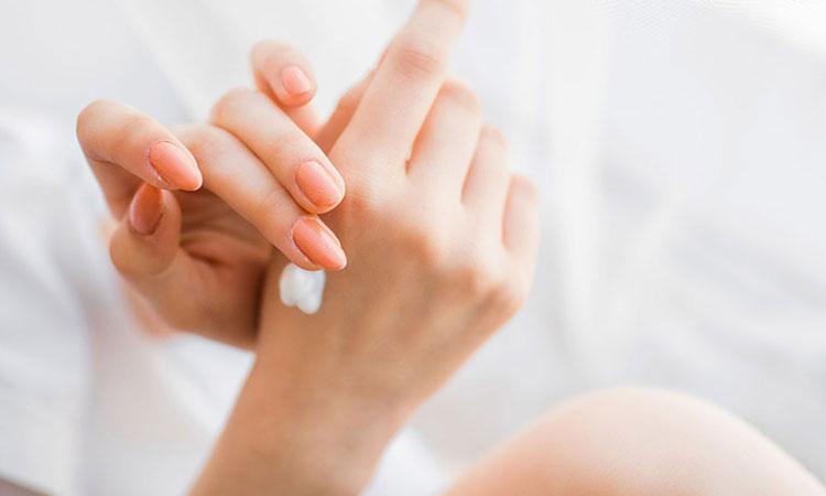 sử dụng kem dưỡng ẩm ngay sau khi tắm giúp ngăn ngừa tình trạng thoát hơi nước, giữ ẩm cho da.