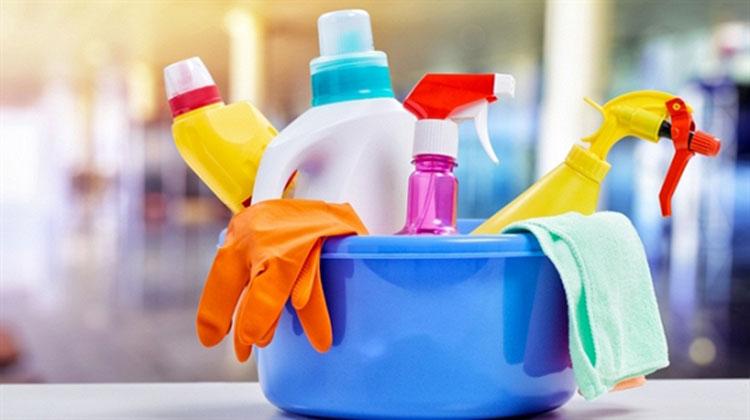 Tiếp xúc với hóa chất là một trong những nguyên nhân gây nên chàm khô.